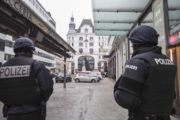 epa07243409 Armed Austrian police officers stand guard at a crime scene in downtown Vienna, Austria, 21 December 2018. According to local media, the shooting that occured at the Austrian Figlmueller restaurant, near of Vienna's St. Stephen's Cathedral, left one dead and two  people injured. The motives behind the shooting is yet unclear.  EPA/ALEX HALADA
