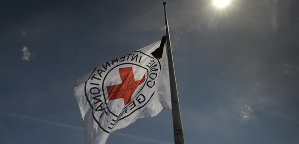 The International Committee of the Red Cross, ICRC, flag is raised to half-mast in honour of the Swiss ICRC staff member who yesterday was killed in the Libyan city of Sirte, in the roof of the ICRC headquarters in Geneva, Switzerland, Thursday, June 05, 2014. (KEYSTONE/Martial Trezzini)