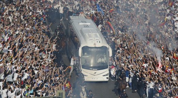Football Soccer - Real Madrid v Manchester City - UEFA Champions League Semi Final Second Leg - Estadio Santiago Bernabeu, Madrid, Spain - 4/5/16 Fans with the Real Madrid team bus as it arrives at the stadium before the game Reuters / Sergio Perez Livepic EDITORIAL USE ONLY.