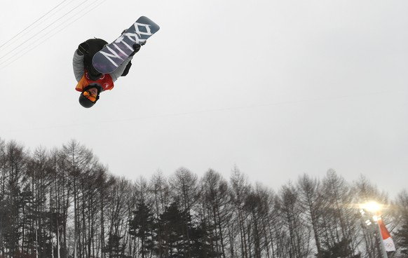 epa06522662 Jan Scherrer of Swwitzerland in action during the Men's Snowboard Halfpipe competition at the Bokwang Phoenix Park during the PyeongChang 2018 Olympic Games, South Korea, 14 February 2018.  EPA/FAZRY ISMAIL