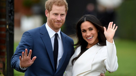 ZUR HOCHZEIT VON PRINZ HARRY UND MEGHAN MARKLE AM SAMSTAG, 19. MAI 2018, STELLEN WIR IHNEN FOLGENDES BILDMATERIAL ZUR VERFUEGUNG -   Britain's Prince Harry pose with Meghan Markle during a photocall after announcing their engagement in the Sunken Garden in Kensington Palace in London, Britain, 27 November. Clarence House earlier 27 November 2017 announced the engagement of Prince Harry to Meghan Markle. 'His Royal Highness the Prince of Wales is delighted to announce the engagement of Prince Harry to Ms Meghan Markle. The wedding will take place in Spring 2018. Further details about the wedding day will be announced in due course.' the statement said.  EPA/FACUNDO ARRIZABALAGA