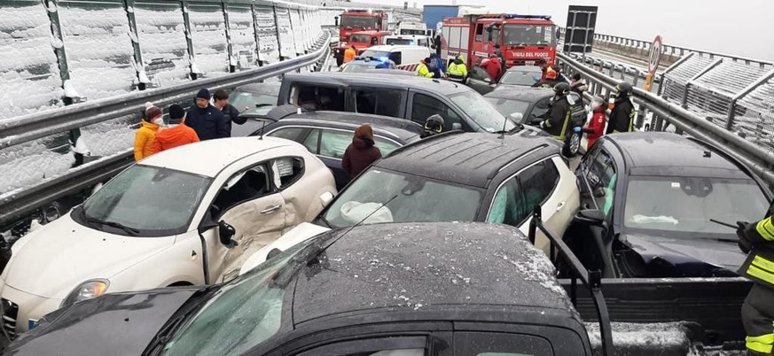 epa09009555 A picture released by Italian Road Police about a  massive multi-vehicle accident on the A32 highway Turin-Bardonecchia, 13 February 2021.  EPA/UFFICIO STAMPA POLIZIA STRADALE HANDOUT HANDOUT  HANDOUT EDITORIAL USE ONLY/NO SALES