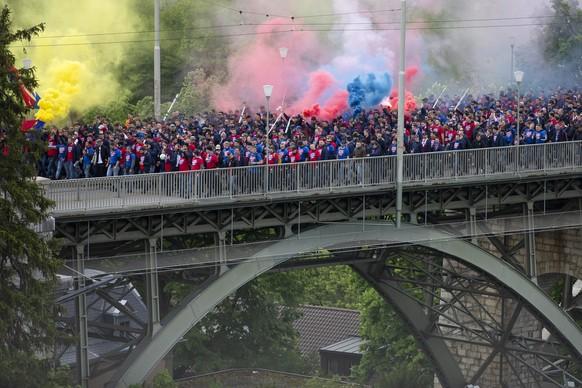 Fans des FC Basel gehen waehrend ihrem Fanmarsch ueber die Kornhausbruecke, vor dem Schweizer Fussball Cupfinalspiel zwischen dem FC Basel und dem FC Thun, am Sonntag 19. Mai 2019, im Stade de Suisse in Bern. (KEYSTONE/Peter Klaunzer)