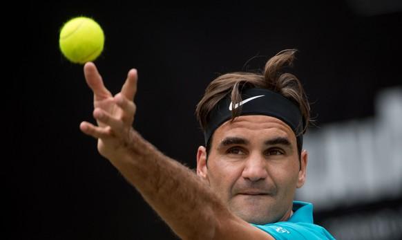 17.06.2018, Baden-Wuerttemberg, Stuttgart: Tennis: ATP-Tour - Stuttgart, Einzel, Herren, Finale. Federer (Schweiz) - Raonic (Kanada). Roger Federer schlaegt auf. (KEYSTONE/DPA/Marijan Murat)