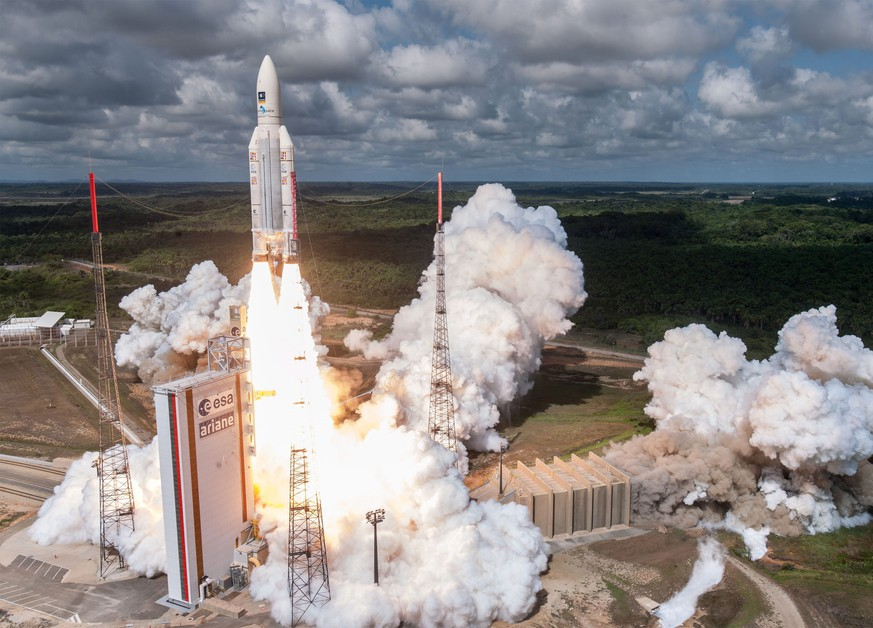 epa05635676 A handout photograph made available European Space Agency (ESA) by  showing Ariane 5 lifting off on flight VA233, from Europe's Spaceport in Kourou, French Guiana, on 17 November 2016.  EPA/S MARTIN / ARIANESPACE CNES/CSG / HANDOUT  HANDOUT EDITORIAL USE ONLY/NO SALES