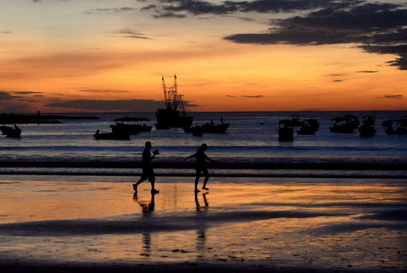 Two tourists enjoy a day at San Juan del Sur's beach, a town located some 140 km South of Managua, Nicaragua, Tuesday, 21 November 2006. According to the experts, Costa Rica's tourist sector will contribute to the country with benefits of over 240 million dollars and the number of tourists who will visit the country will be above the 72.000 reached in 2005. The same experts calculate that tourists spend about 75 dollars per day during their stay. (KEYSTONE/EPA/Mario Lopez)