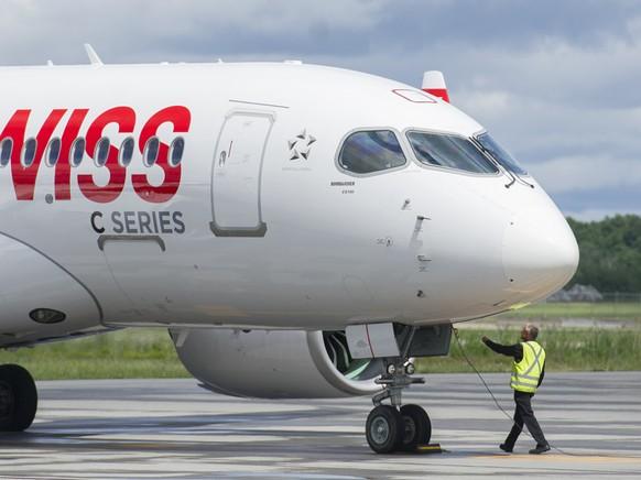 Die Fluggesellschaft Swiss war Erstkundin von Bombardiers C Series 100 Flugzeug. Dieses gehört mittlerweile Airbus und trägt die Typenbezeichnung A220. Nun trennt sich Bomardier von den letzten Anteilen am Flugzeugmodell. (Archivbild)