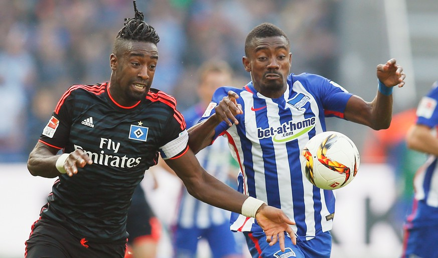 BERLIN, GERMANY - OCTOBER 03:  Salomon Kalou (R) of Berlin is challenged by Johan Djourou of Hamburger SV during the Bundesliga match between Hertha BSC and Hamburger SV at Olympiastadion on October 3, 2015 in Berlin, Germany.  (Photo by Boris Streubel/Bongarts/Getty Images)