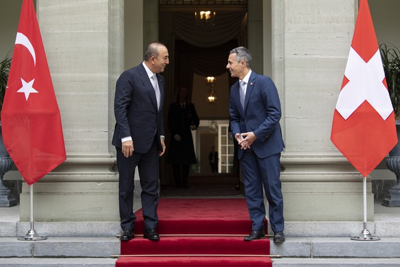 Swiss Federal Councilor Ignazio Cassis, right, welcomes Mevluet Cavusoglu, left, Foreign Minister of the Republic of Turkey, during a official visit to Switzerland, on Friday, 14 August 2020, in Bern, Switzerland. (KEYSTONE/Peter Schneider)