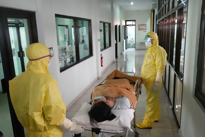 epa08212243 Health workers in protective suits take part in a drill in handling coronavirus (SARS-CoV-2) cases at a hospital in Denpasar, Bali, Indonesia, 12 February 2020. The disease caused by the novel coronavirus (SARS-CoV-2) has been officially named Covid-19 by the World Health Organisation (WHO). The outbreak which originated in the Chinese city of Wuhan, has so far killed at least 1,115 people and infected over 45,000 others worldwide, mostly in China.  EPA/MADE NAGI