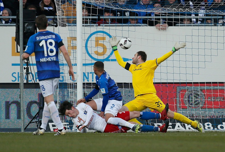 epa05659648 Hamburg's Michael Gregoritsch scores the 1:0 goal against Darmstadt's Leon Guwara during the Bundesliga soccer match between Darmstadt 98 and Hamburger SV at Jonathan-Heimes-Stadion in Darmstadt, Germany, 4 December 2016.