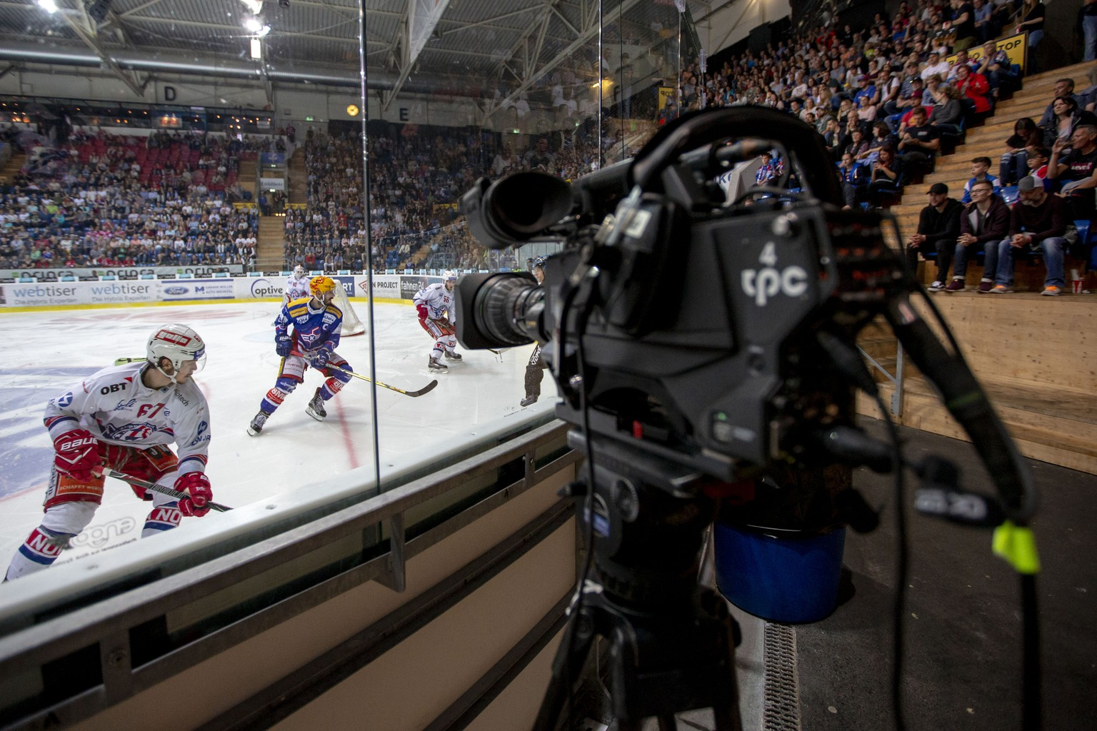 Eine nicht bediente TV Kamera der Produktionsfirma tpc im fuenften Eishockey Spiel der Ligaqualifikation der National League zwischen dem EHC Kloten und dem SC Rapperswil-Jona Lakers am Samstag, 21. April 2018, in Kloten. (KEYSTONE/Patrick B. Kraemer)