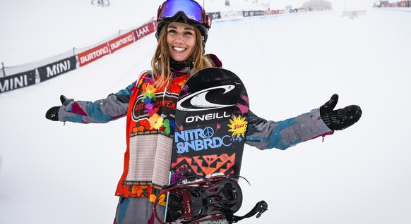 Nadja Purtschert of Switzerland (3rd place) poses after the women's final halfpipe snowboard competition at the Burton European Open in Laax, Switzerland, on Sunday, February 1, 2015. (KEYSTONE/Gian Ehrenzeller)