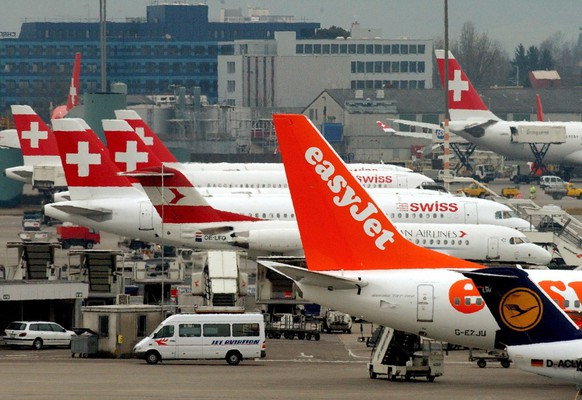 epa06086448 (FILE) - A file picture dated 06 March 2003 shows airplanes of Swiss International Air Lines, EasyJet and Austrian Airlines, park at the airport in Zurich, Switzerland. Easyjet announced 14 July 2017 the budget airlines has earlier this year applied to Austro Control in Austria for an Air Operator Certificate (AOC) and to Austria's Federal Ministry for Transport, Innovation and Technology (bmvit) for an airline operating licence. Easyjet says the procedure will allow it to set up a new airline, easyJet Europe, which will have its headquarters in Vienna. The company said the move will enable easyJet to continue to operate flights both across Europe and domestically within European countries after the UK has left the EU.  EPA/STEFFEN SCHMIDT *** Local Caption *** 00254218