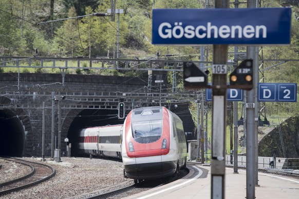 ZUM FAHRPLANWECHSEL DER SBB AM SONNTAG, 11. DEZEMBER 2016, STELLEN WIR IHNEN FOLGENDES BILDMATERIAL ZUR VERFUEGUNG - A train of the Swiss Federal Railways travels through the old Gotthard railway tunnel in Goeschenen, Canton of Uri, Switzerland, on May 17, 2016. So far it has not yet been decided what will happen with the 15'003 meters long railway tunnel, which was inaugurated in 1882, and the Gotthard mountain section after the opening of the NRLA Gotthard Base Tunnel this coming December. At least until the end of 2017 the Gotthard mountain section will still be used for long-distance traffic. Whether it will only be used for regional traffic from 2018 or also for long-distance traffic remains to be seen according to the Swiss Federal Railways. (KEYSTONE/Urs Flueeler)Ein Personenzug der SBB faehrt durch den alten Gotthard-Eisenbahntunnel hinter dem Bahnhof Goeschenen im Kanton Uri, aufgenommen am Dienstag 17. Mai 2016. Wie es mit dem 15'003 Meter langen, 1882 eingeweihten, Eisenbahntunnel und der SBB-Bergstrecke nach der Eroeffnung des Neat-Basistunnels im kommenden Dezember weitergehen wird, ist offen. Zumindest bis Ende 2017 soll die Gotthard-Bergstrecke weiter als Fernverkehrsachse betrieben werden. Ob sie danach nur noch mit Regionalverkehrszuegen oder auch mit Fernverkehrszuegen betrieben wird, ist gemaess SBB noch offen. (KEYSTONE/Urs Flueeler)