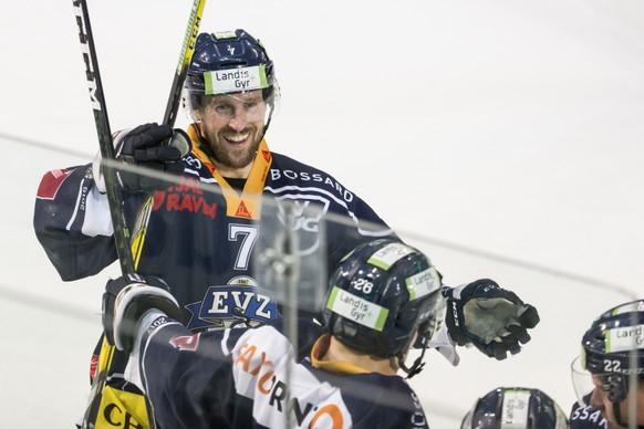 Zugs David McIntyre jubelt nach einem Tor waehrend dem Eishockey-Meisterschaftsspiel der National League A zwischen dem EV Zug und dem HC Davos am Samstag, 4. Februar 2017, in der Bossard Arena in Zug. (KEYSTONE/Alexandra Wey)