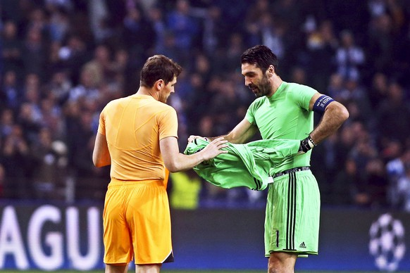 epa05809497 FC Porto's goalkeeper Iker Casillas (L) and Juventus' goalkeeper Gianluigi Buffon (R) exchange their jerseys after the UEFA Champions League round of 16, first leg soccer match between FC Porto and Juventus FC at Dragao stadium in Porto, Portugal, 22 February 2017. Juve won 2-0.  EPA/JOSE COELHO