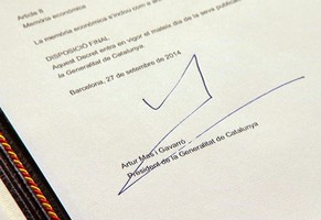 epa04419540 A handout video grab made available by Catalonia's regional Government shows the signature of Catalonia's President, Artur Mas, on the decree of announcement for the 9th November's non-binding Catalonian independence referendum at the regional government's headquarters in Barcelona, Spain, 27 September 2014. Spanish central Government has already announced that the call for the non-binding referendum will be appealed at the Constitutional Court on 29 September 2014.  EPA/CATALONIAN REGIONAL GOVERNMENT / HANDOUT BEST QUALITY AVAILABLE HANDOUT EDITORIAL USE ONLY/NO SALES