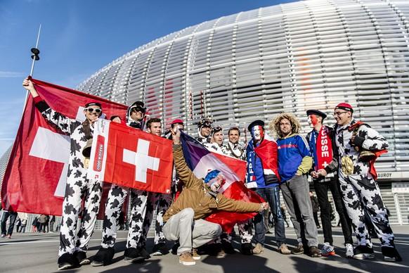22.11.2011; Lille; Tennis - Davis Cup Final - Frankreich - Schweiz; Franzoesische und Schweizer Fans vor dem Stadion (Valeriano Di Domenico/freshfocus)