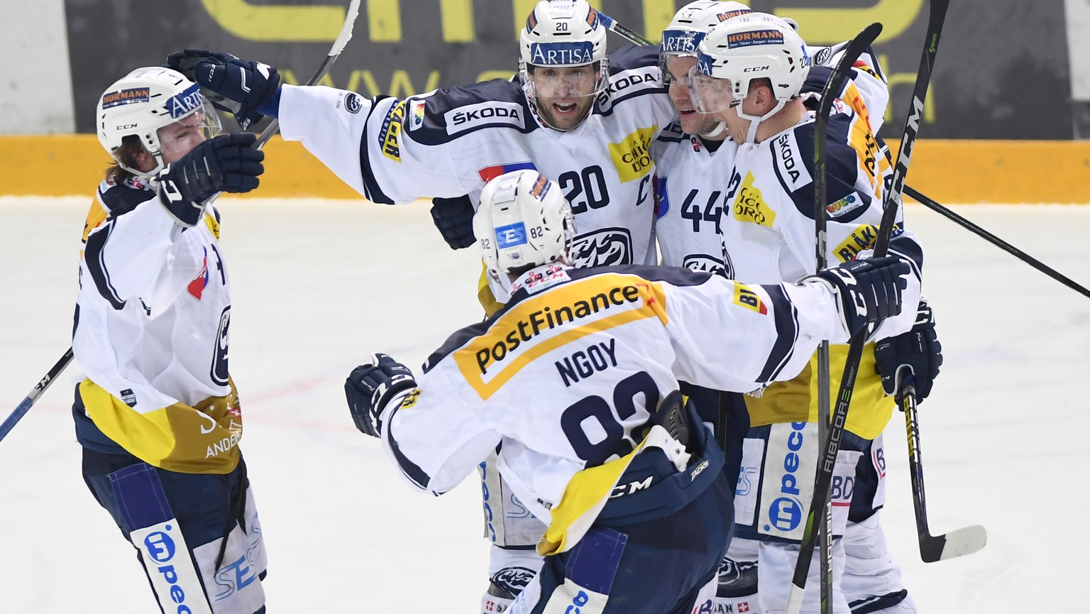Ambri's player Elias Bianchi, center, celebrates the 0 - 3 goal, during the preliminary round game of National League Swiss Championship 2018/19 between HC Lugano and HC Ambri Piotta, at the Corner Arena in Lugano, Switzerland, Friday, January 4, 2019. (KEYSTONE/Ti-Press/Samuel Golay)
