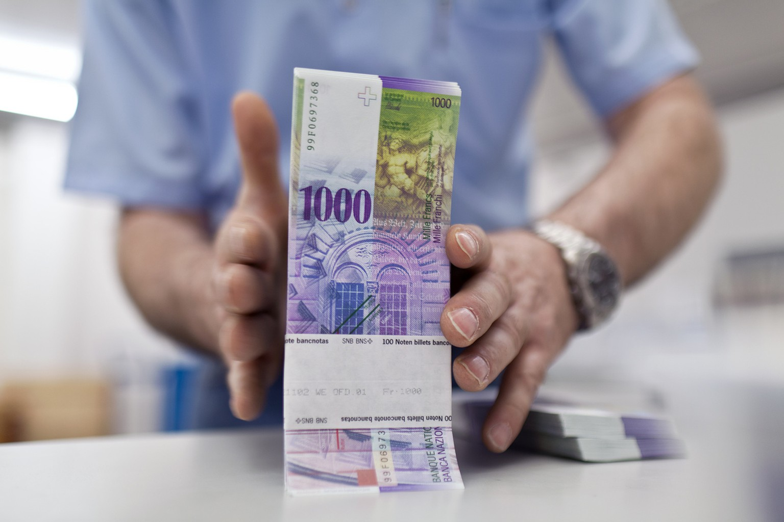 "Bundles of bank notes of 1000 Swiss Francs at the bank vault of the ""Zuercher Kantonalbank"" bank, pictured on August 9, 2011 in Zurich, Switzerland. (KEYSTONE/Martin Ruetschi)"