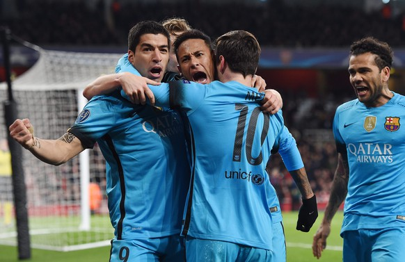 epa05177475 Barcelona's players celebrate the 0-2 goal during the UEFA Champions League Round of 16 first leg soccer match between Arsenal and Barcelona at the Emirates Stadium in London, Britain, 23 February 2016.  EPA/ANDY RAIN