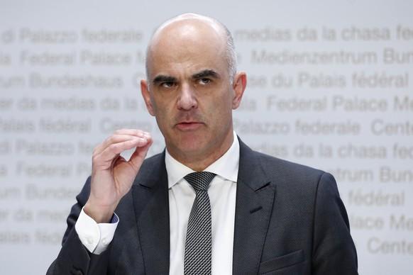 Bundesrat Alain Berset spricht waehrend einer Medienkonferenz des Bundesrates zur aktuellen Lage im Zusammenhang mit dem Coronavirus, am Dienstag, 8. Dezember 2020, in Bern. (KEYSTONE/Peter Klaunzer)