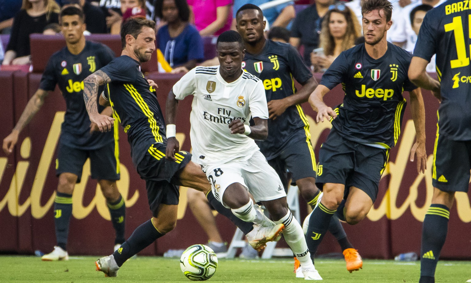 epa06928035 Read Madrid forward Vinicius Junior (C) drives through Juventus players during the second half of the International Champions Cup soccer match between Real Madrid and Juventus at FedExField in Landover, Maryland, USA, 04 August 2018.  EPA/JIM LO SCALZO