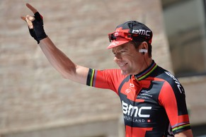 Australia's Cadel Evans salutes fans at the start of the eighth stage of the Giro d'Italia, Tour of Italy cycling race, from Foligno to Montecopiolo, Italy, Saturday May 17, 2014.  (AP Photo/Gian Mattia D'Alberto)