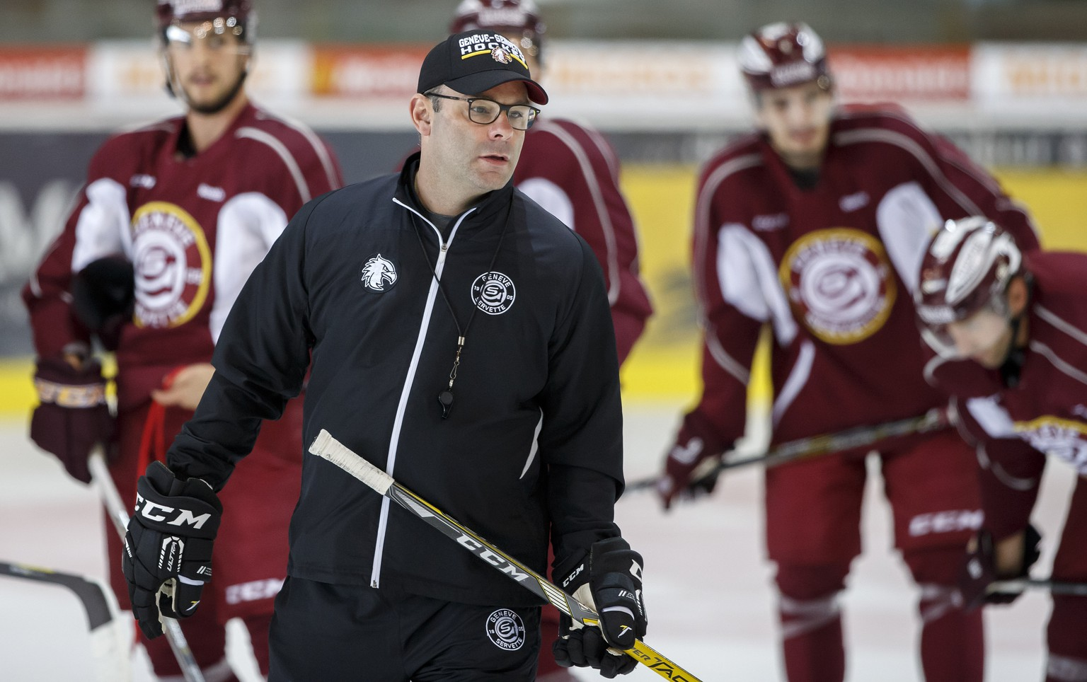 Geneve-Servette's Head coach Craig Woodcroft instructs his players, during a training session of Geneve-Servette HC, at the ice stadium Les Vernets, in Geneva, Switzerland, Wednesday, September 6, 2017. (KEYSTONE/Salvatore Di Nolfi)