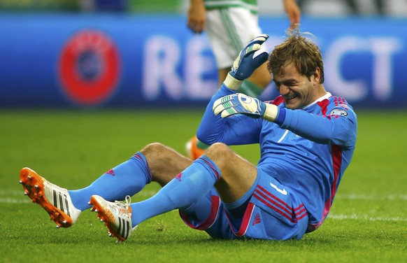 Northern Ireland's goalkeeper Roy Carroll reacts after a collision with Romania's Alexandru Chipciu (not pictured) during their Euro 2016 Group F qualifying soccer match at National Arena in Bucharest November 14, 2014.          REUTERS/Bogdan Cristel (ROMANIA  - Tags: SPORT SOCCER)