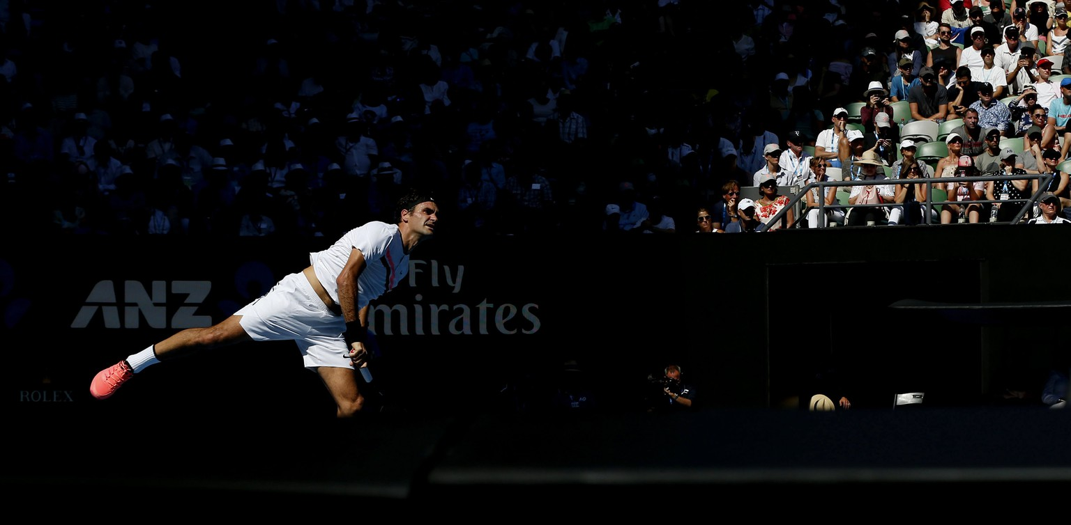 epa06464620 Roger Federer of Switzerland in action during his fourth round match against Marton Fucsovics of Hungary at the Australian Open Grand Slam tennis tournament in Melbourne, Australia, 22 January 2018.  EPA/NARENDRA SHRESTHA