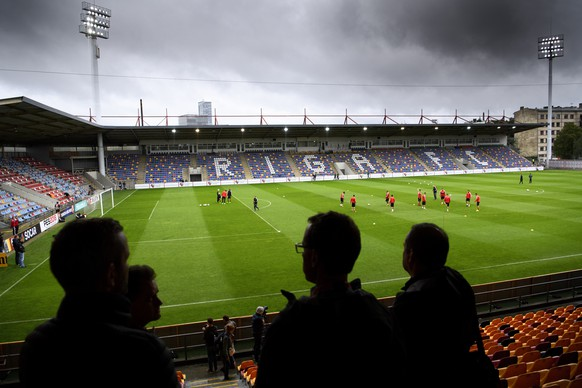 Swiss soccer national team players warm up during a training session on the eve of the 2018 Fifa World Cup group B qualifying soccer match Latvia against Switzerland at Skonto Stadium, in Riga, Latvia, Saturday, September 2, 2017.(KEYSTONE/Laurent Gillieron)