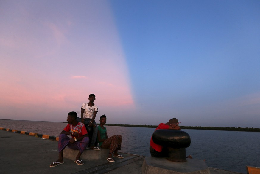 Rohingya migrants, who recently arrived in Indonesia by boat, enjoy the sunset at a shelter in Kuala Langsa, in Indonesia's Aceh Province, May 19, 2015. United Nations agencies urged Indonesia, Malaysia and Thailand on Tuesday to step up sea rescue operations and stop preventing thousands of desperate migrants from reaching land. REUTERS/Beawiharta