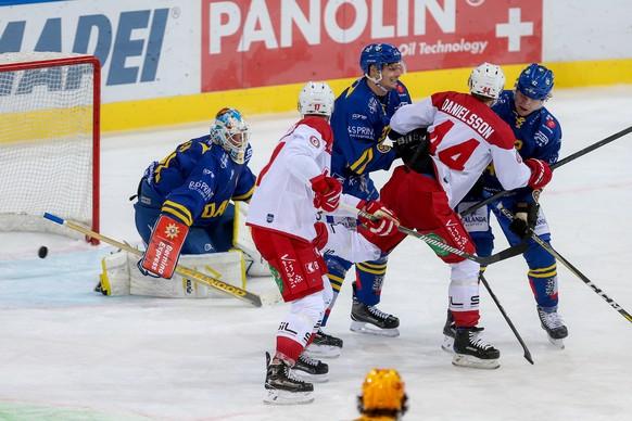 Der Lausanner Loic In-Albon, 2.v.l., erzielt den Treffer zum 0:2 gegen Davos Goalie Gilles Senn, links, ohne eingreifen von Marco Forrer, 3.v.r., Nicklas Danielsson, 2.v.r., und Tim Grossniklaus, rechts, aufgenommen am Samstag, 16. September 2017, beim Eishockey Swiss Hockey League Spiel zwischen dem HC Davos gegen den HC Lausanne in der Vaillant Arena in Davos. (KEYSTONE/Eddy Risch)