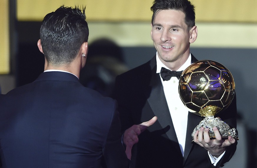 epa05097680 Argentina's Lionel Messi (R) is congratulated by Portugal's Cristiano Ronaldo after winning the FIFA Men's soccer player of the year 2015 prize during the FIFA Ballon d'Or awarding ceremony at the Kongresshaus in Zurich, Switzerland, 11 January 2016.  EPA/VALERIANO DI DOMENICO