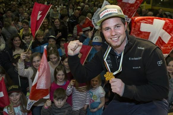 Abfahrtsweltmeister Beat Feuz wird von seinen Fans empfangen am Freitag, 17. Februar 2017, in Bumbach. (KEYSTONE/Alexandra Wey)
