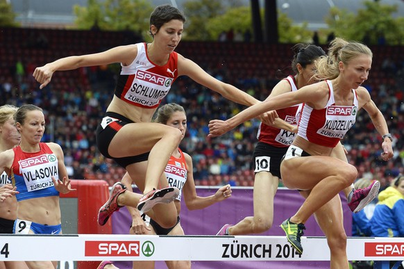 epa04354599 Fabienne Schlumpf (L) from Switzerland and Sviatlana Kudzelich (R) from Belarus compete in the women's 3,000m Steeplechase heat during the European Athletics Championships 2014 in the Letzigrund Stadium in Zurich, Switzerland, 15 August 2014.  EPA/STEFFEN SCHMIDT
