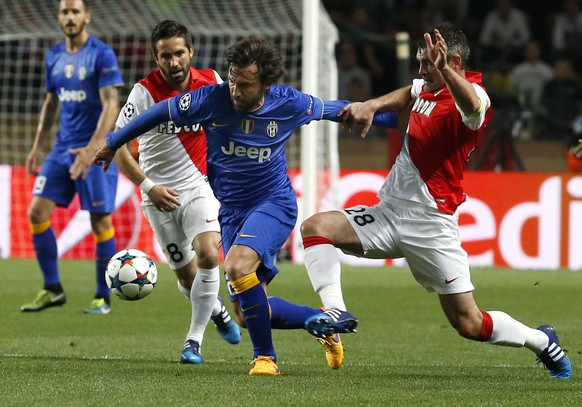 epa04716594 Jeremy Toulalan of AS Monaco (R) vies for the ball with Andrea Pirlo of Juventus (L) during the UEFA Champions League quarter final second leg soccer match between AS Monaco and Juventus FC at Stade Louis II stadium in Monaco, 22 April 2015.  EPA/SEBASTIEN NOGIER