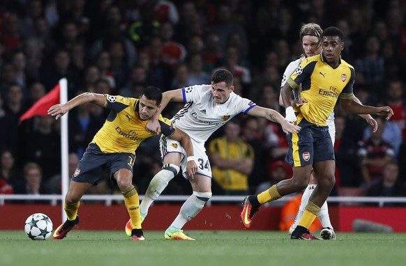 Britain Soccer Football - Arsenal v FC Basel - UEFA Champions League Group Stage - Group A - Emirates Stadium, London, England - 28/9/16 Arsenal's Alexis Sanchez in action with FC Basel's Taulant Xhaka as Arsenal's Alex Iwobi and FC Basel's Birkir Bjarnason look on Reuters / Stefan Wermuth Livepic EDITORIAL USE ONLY.