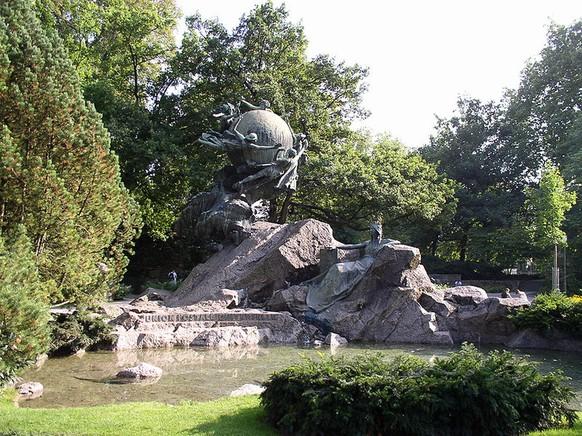Weltpostdenkmal an der Kleinen Schanze in Bern. Bildhauer: René de Saint-Marceaux