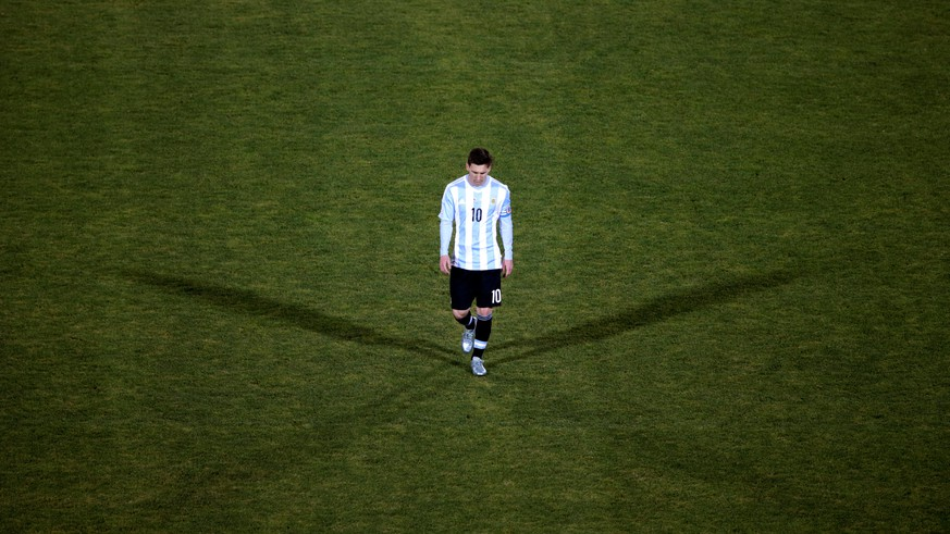 FILE PHOTO - Argentina's Lionel Messi reacts after his team's loss to Chile in their Copa America 2015 final soccer match at the National Stadium in Santiago, Chile, July 4, 2015. REUTERS/Ricardo Moraes/File Photo