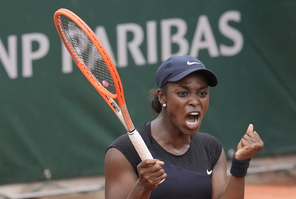 United States's Sloane Stephens celebrates after defeating Czech Republic's Karolina Muchova during their third round match on day 7, of the French Open tennis tournament at Roland Garros in Paris, France, Saturday, June 5, 2021. (AP Photo/Christophe Ena) Sloane Stephens