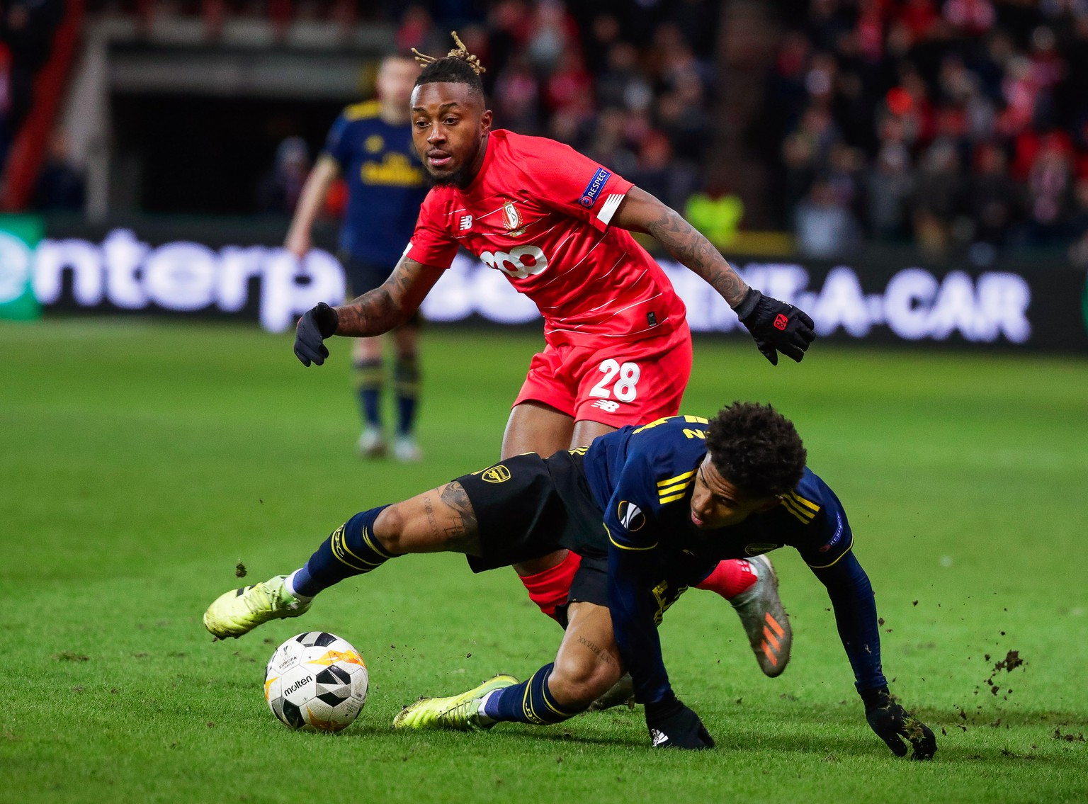 epa08066373 Reiss Nelson (bottom) of Arsenal in action against Samuel Bastien (up) of Liege during the UEFA Europa League group F soccer match between Standard Liege and Arsenal FC at Stade Maurice Dufrasne in Liege, Belgium, 12 December 2019.  EPA/STEPHANIE LECOCQ