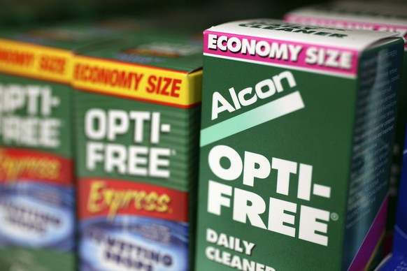 ARCHIVBILD ZUM GEPLANTEN BOERSENGANG VON ALCON, DER AUGENHEILSPARTE VON NOVARTIS, AM FREITAG, 29. JUNI 2018 - In this April 7, 2008 file photo, Alcon's Opti-Free contact lens cleaner seen on display at a pharmacy in New York. Drug maker Novartis AG on Monday, Jan. 4, 2010 said it plans to take over Alcon Inc. by paying $38.5 billion for the 77 percent stake it does not already own in a deal that would make it one of the biggest players in the global market for eye-care products. (AP Photo/Mark Lennihan, File)