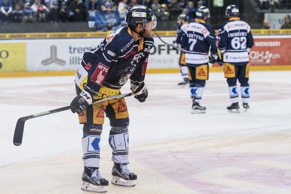Zugs Timo Helbling haelt einen Moment inne, im sechsten Eishockey Playoff-Finalspiel der National League A zwischen dem EV Zug und dem SC Bern, am Montag, 17. April 2017 in der Bossard Arena in Zug. (KEYSTONE/Anthony Anex)