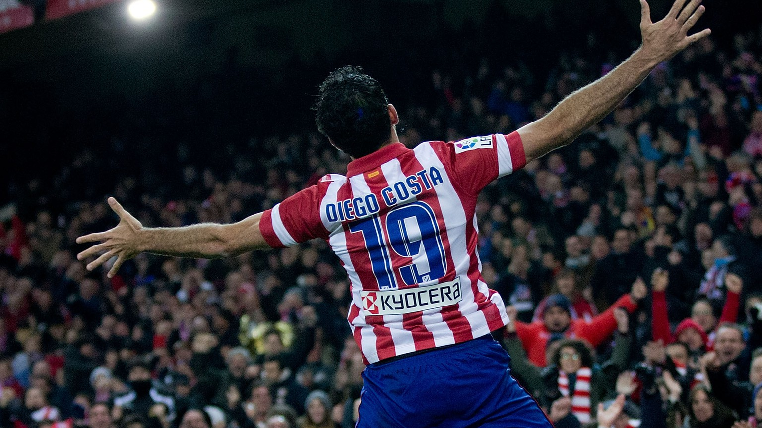 MADRID, SPAIN - FEBRUARY 02:  Diego Costa of Atletico de Madrid celebrates scoring their second goal during the La Liga match between Club Atletico de Madrid and Real Sociedad de Futbol at Vicente Calderon Stadium on February 2, 2014 in Madrid, Spain.  (Photo by Gonzalo Arroyo Moreno/Getty Images)