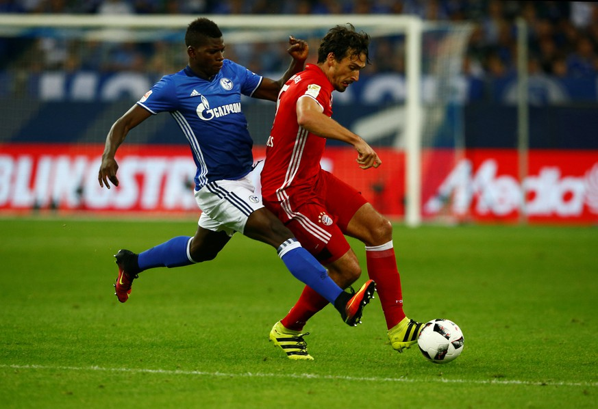 Football Soccer - Schalke 04 v Bayern Munich - German Bundesliga - Veltins Arena, Gelsenkirchen, 09/09/16. Mats Hummels (R) of Bayern Munich and Breel Embolo of Schalke in action. REUTERS/Thilo Schmuelgen      DFL RULES TO LIMIT THE ONLINE USAGE DURING MATCH TIME TO 15 PICTURES PER GAME. IMAGE SEQUENCES TO SIMULATE VIDEO IS NOT ALLOWED AT ANY TIME. FOR FURTHER QUERIES PLEASE CONTACT DFL DIRECTLY AT + 49 69 650050