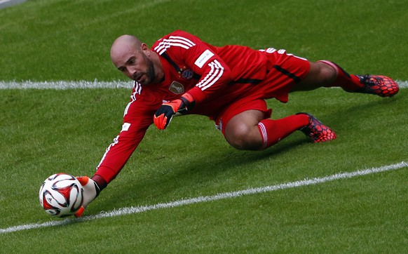 FC Bayern Munich's Pepe Reina dives for the ball during a training session at the Allianz Arena in Munich August 9, 2014.  REUTERS/Michael Dalder (GERMANY - Tags: SPORT SOCCER)