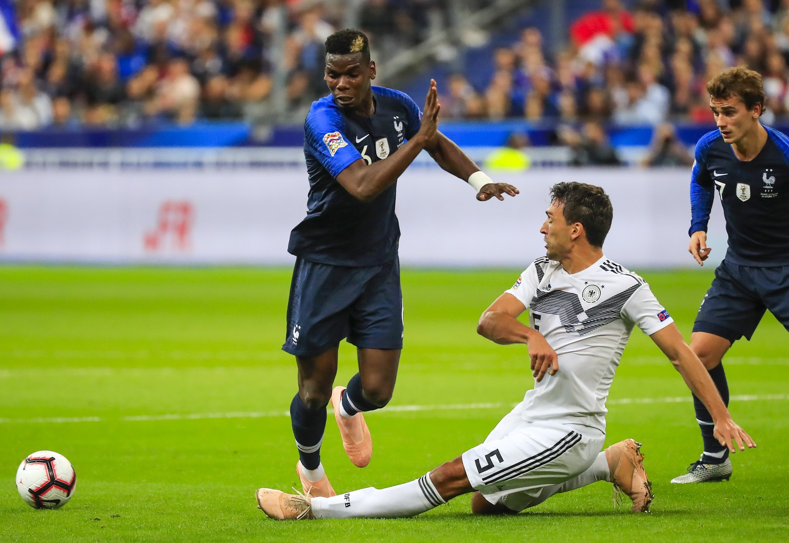 epa07098216 Paul Pogba (L) of France in action against German's Mats Hummels (R) during the UEFA Nations League soccer match between France and Germany in Saint-Denis, France on 16 October 2018.  EPA/Christophe Petit-Tesson